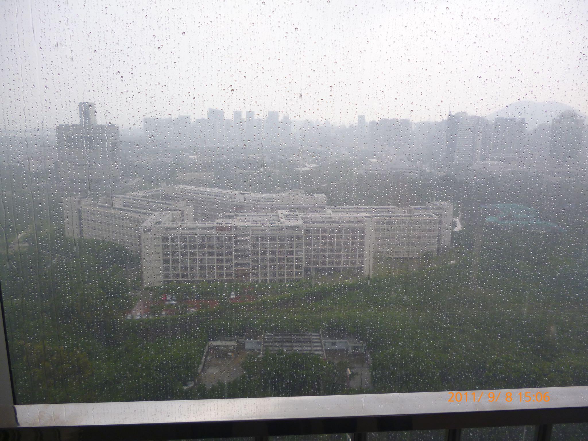 窗外雨中的深圳大学