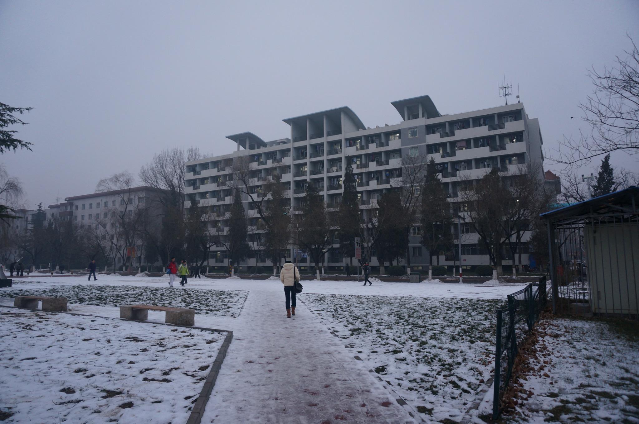 操场旁的宿舍楼