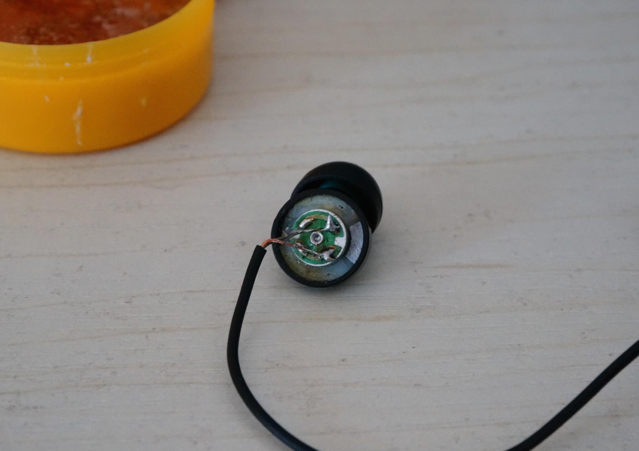 焊接完成第一个耳机腔体