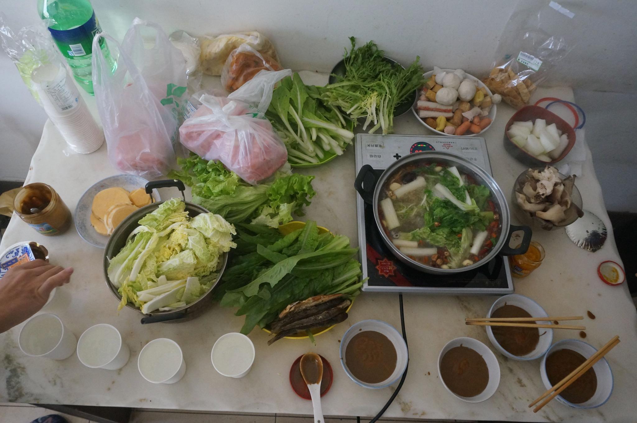 火锅和食材都准备好了