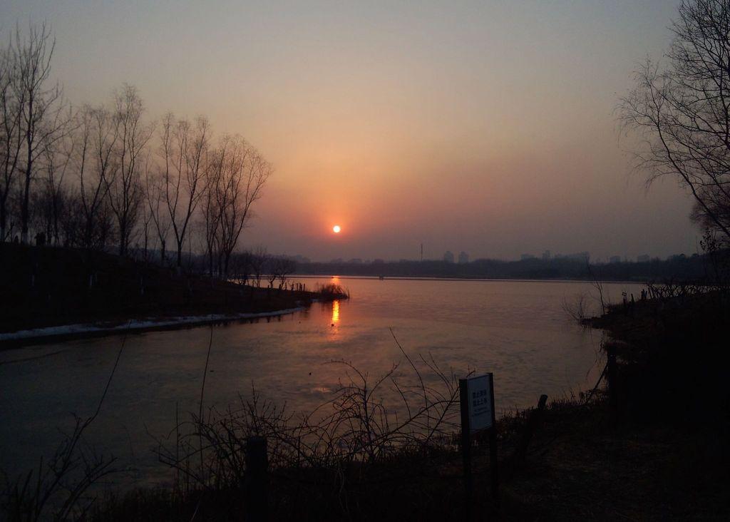 夕阳、湖面、残雪