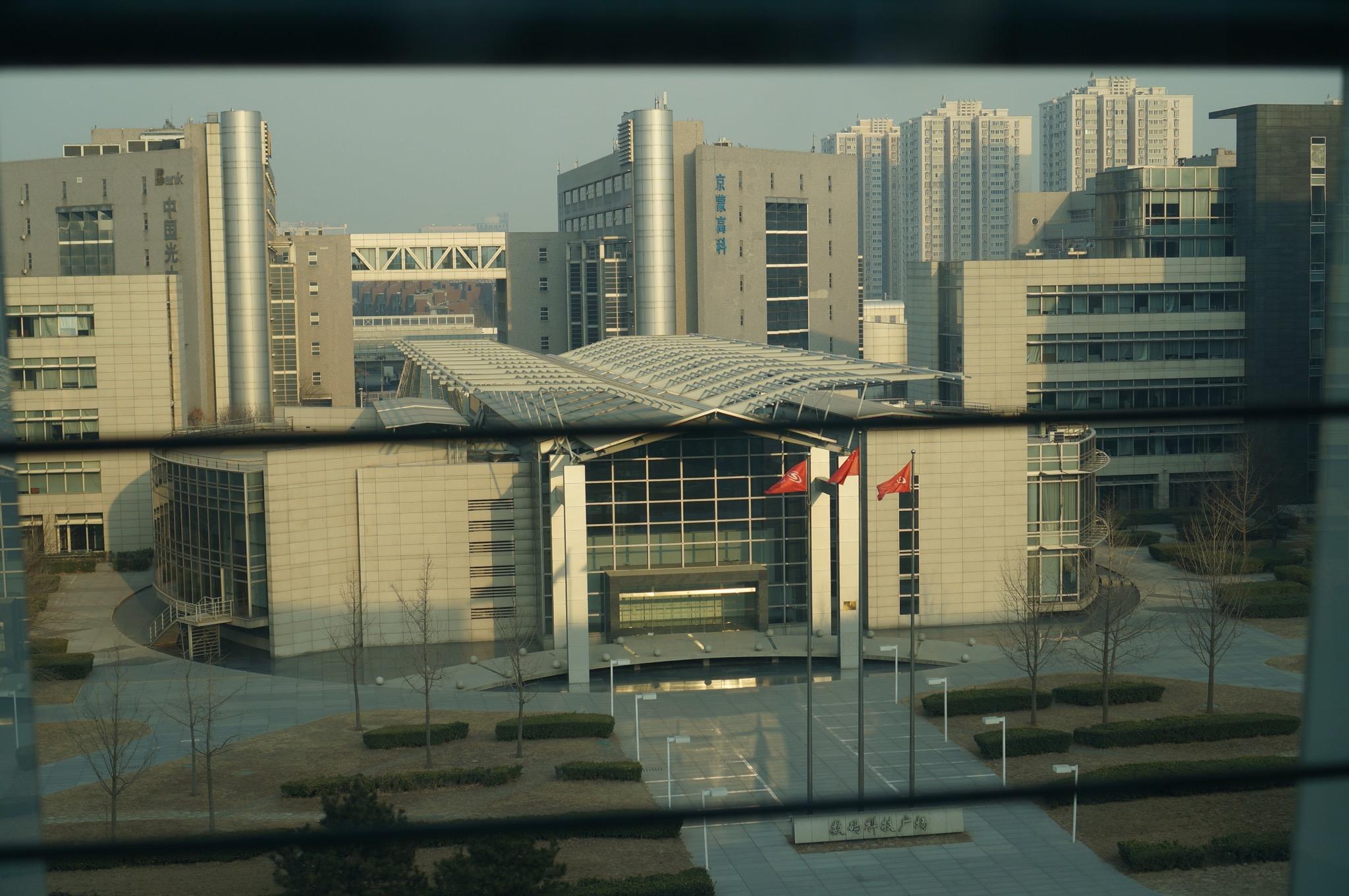 俯视窗外建筑