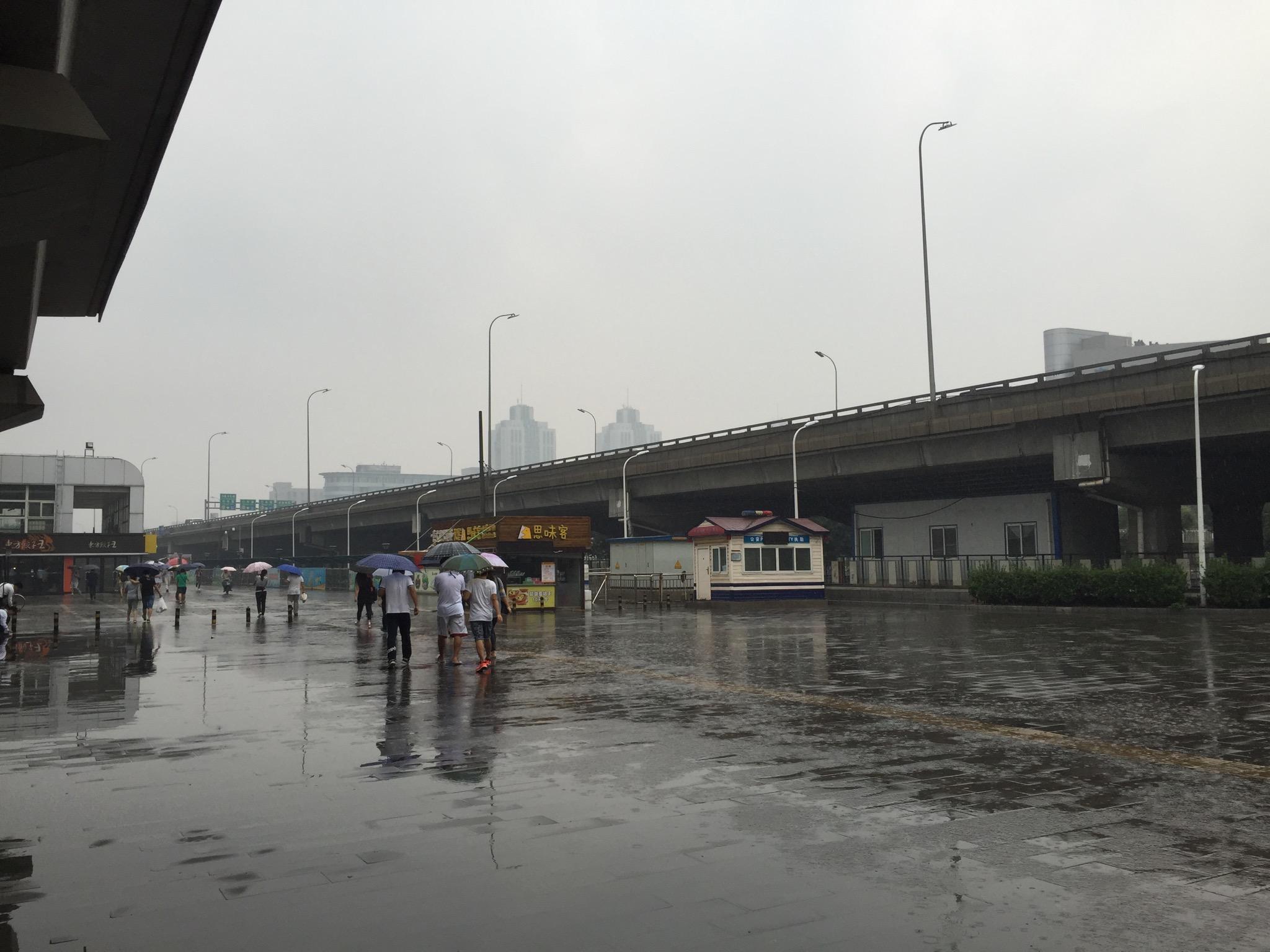 等赶回到西二旗城铁时,雨已经下大了