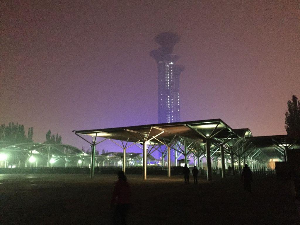 雾霾中的火炬灯塔