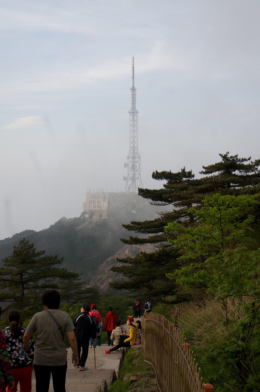 在光明顶眺望白鹅岭701电视塔