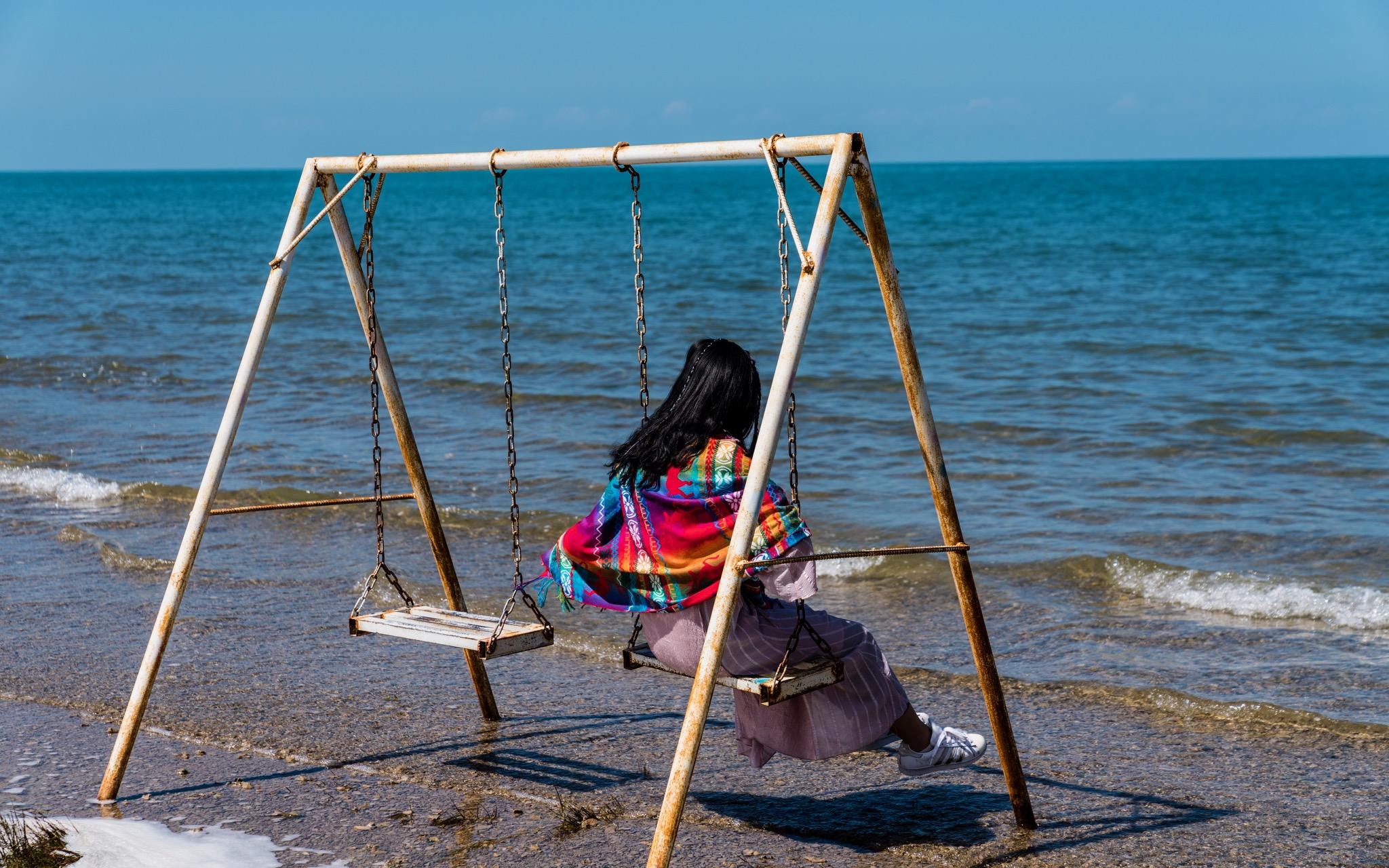 青海湖边荡秋千的女孩