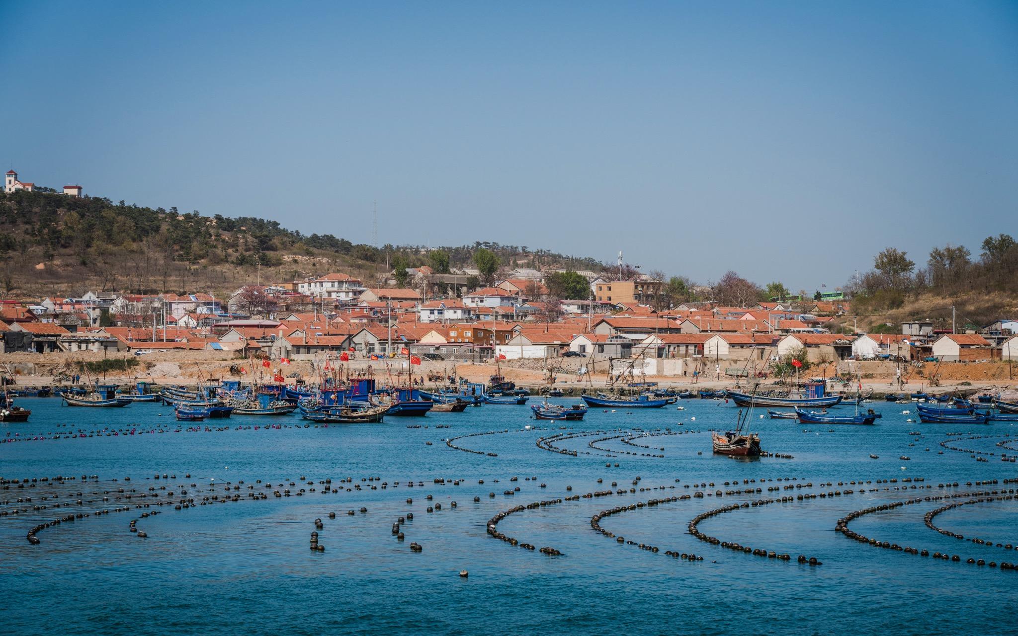 海上浮标、渔船和村落